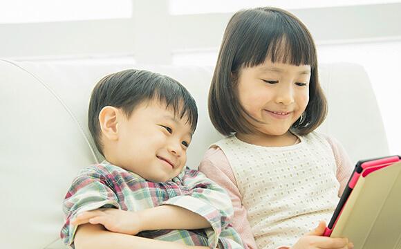 一緒に本を読む男の子と女の子
