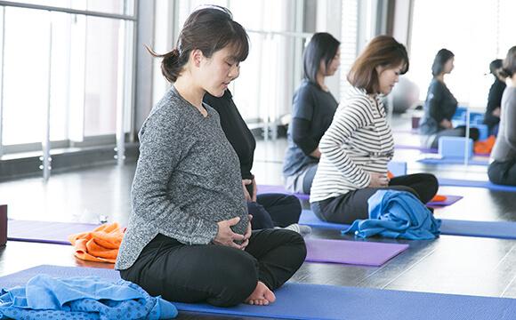 産後ヨガをしている妊婦